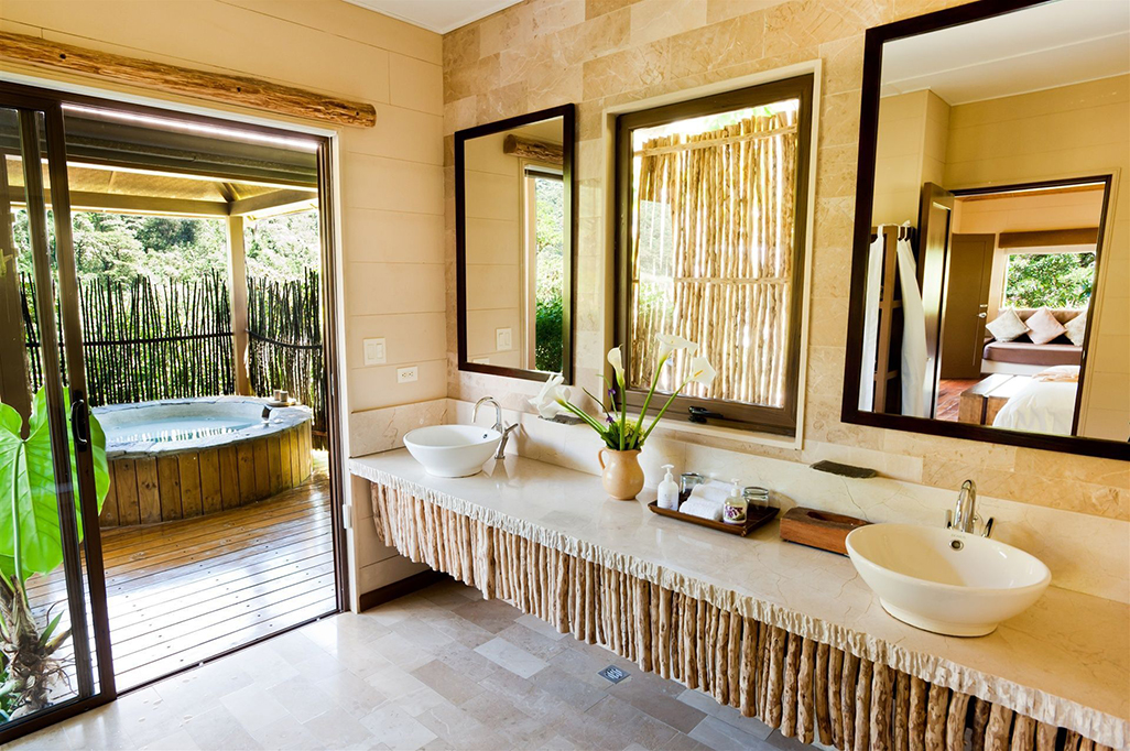 El Silencio Lodge Suite Bathroom