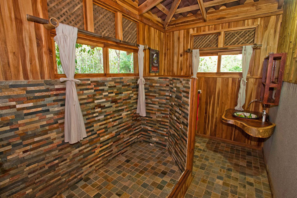 Macaw Lodge Bungalow Bathroom